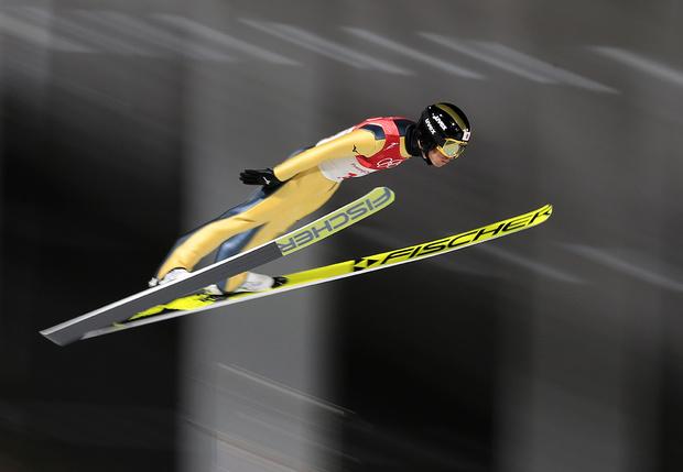 Фото №1 - Прыгуны на горных лыжах в Корее приземляются на… футбольное поле!