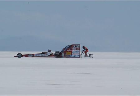 Девушка едет на велосипеде со скоростью 295 км/ч (видео)