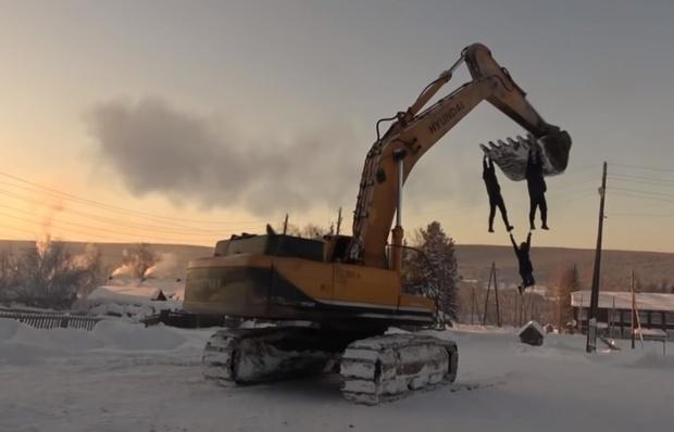 Фото №1 - Отчаянные сибиряки устроили карусель на экскаваторе в 40-градусный мороз (видео)