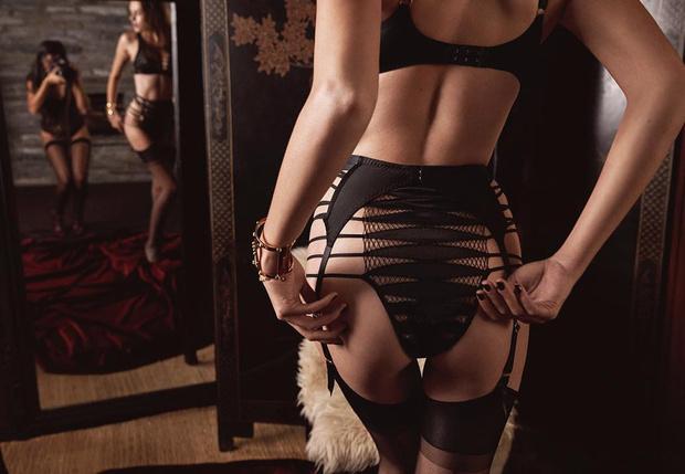 девушка рекламирует женское белье
