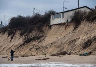 Дома зависли над обрывом после того, как берег смыло в море!