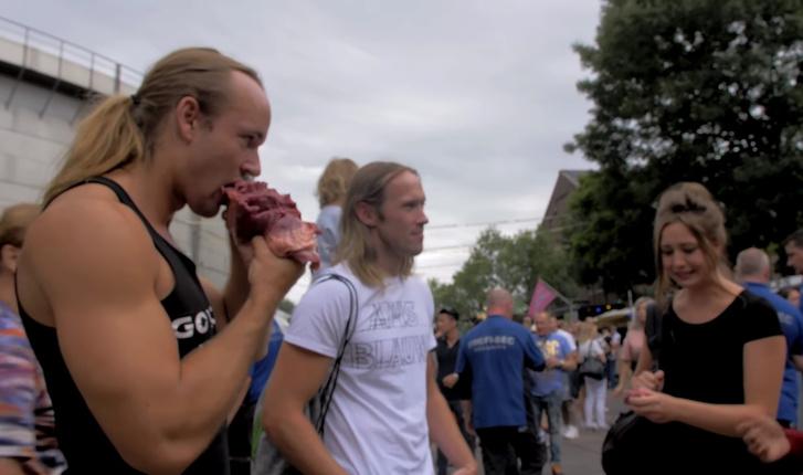 Фото №1 - Чувак принес на веганский фестиваль сырое мясо и начал его есть (видео)