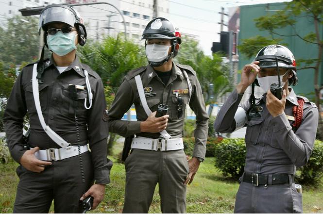 Тайская дорожная полиция предлагает пить куриную настойку и «спать с полицейскими»