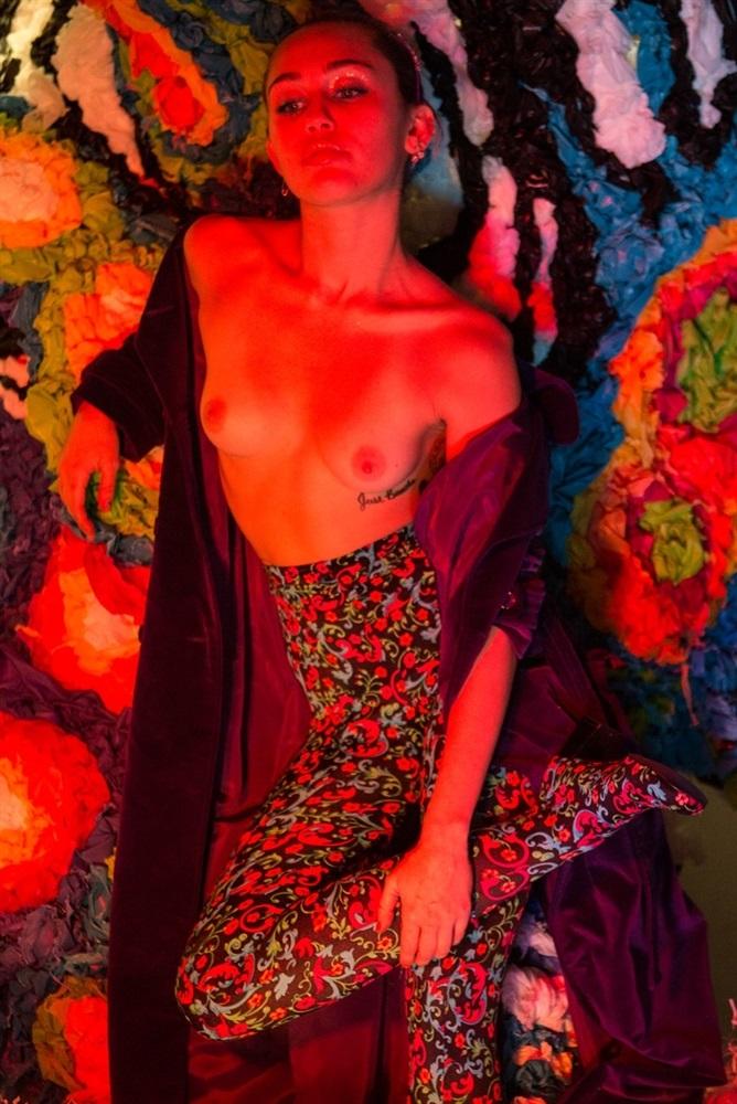 Фото №6 - Задорная и голая: Майли Сайрус дала еще один повод влюбиться в нее