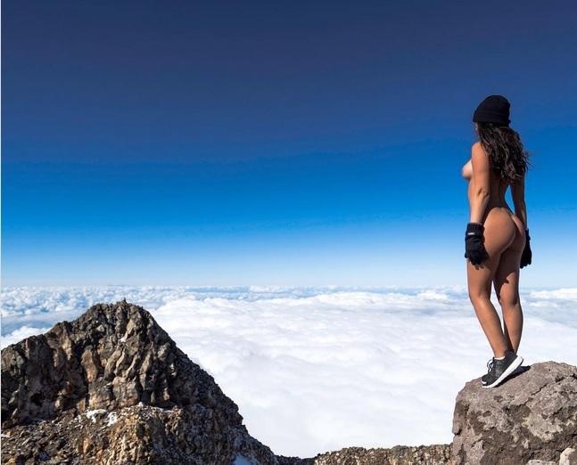Фото №3 - Девушка, которая фотографриуется голой во всех странах, «Лучшая попа Инстаграма» и другие самые сексуальные девушки недели
