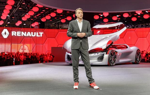 Фото №2 - Почему все следят за цветом кроссовок главного дизайнера Renault?