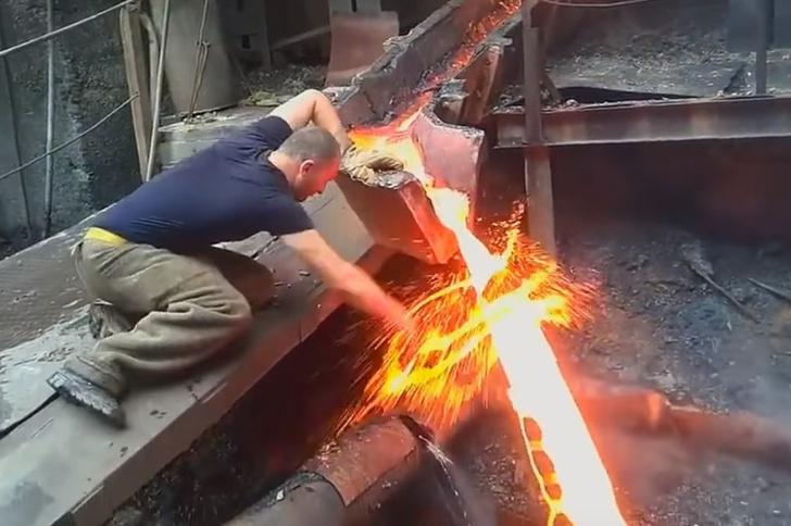 Фото №1 - Сталевар рассказал про трюк с кипящим металлом, сделавший его звездой Интернета (видео трюка прилагается)