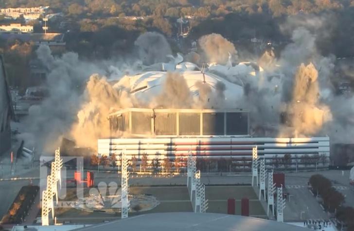 Фото №1 - Вот что бывает, когда ты телеоператор, снимаешь снос гигантского стадиона — и вдруг прямо пред тобой тормозит автобус...