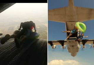 Парашютисты на детских кругах скользят по водяной горке в самолете и выпадают из него (видео)