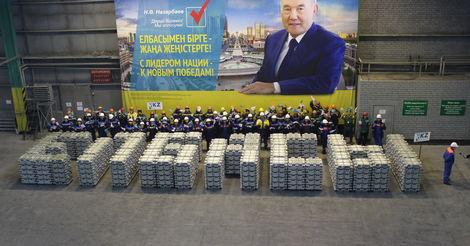 Фото №2 - Самые неадекватные проявления любви к президентам на постсоветском пространстве