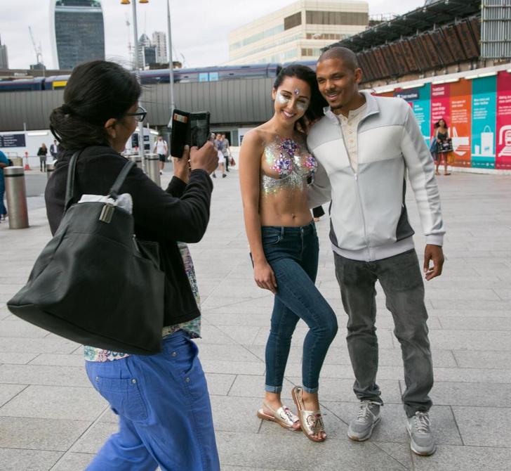 Фото №19 - Модель прошлась по городу топлес в поддержку тренда «грудь в блестках»!
