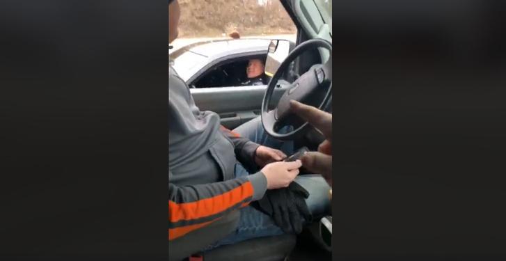 Фото №2 - Полиция ворвалась в прямой эфир журналистки, которую приняли за сумасшедшую (ВИДЕО)