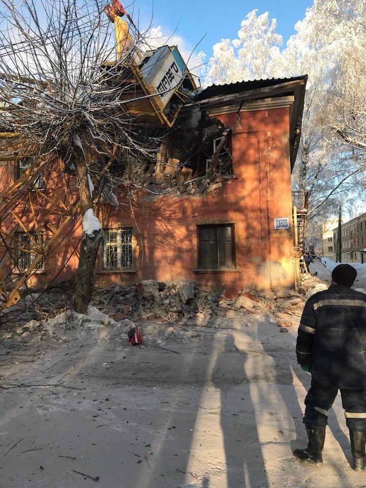 Фото №2 - Башенный кран упал прямо на жилой дом! Разрушительные ВИДЕО и ФОТО