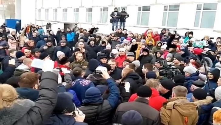 Фото №1 - Жители Волоколамска побили главу города из-за массового отравления детей! (ВИДЕО)