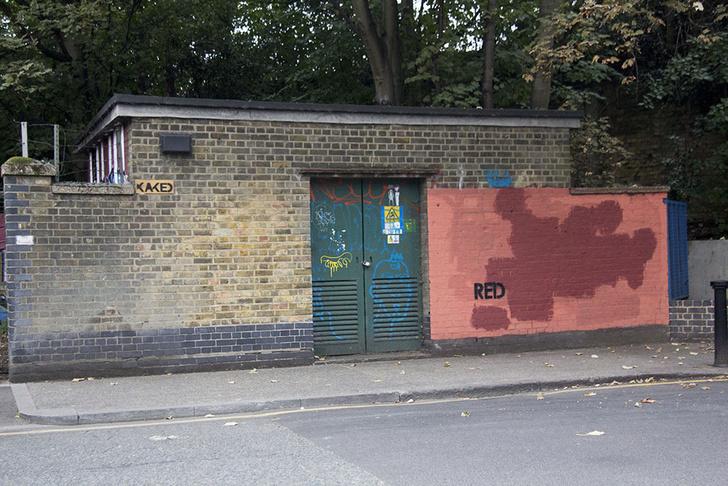 Фото №5 - Красное на черном: Как уличный художник троллил коммунальщиков