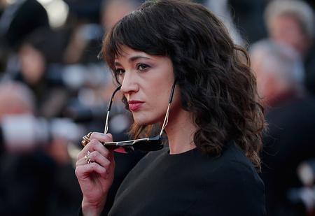 Актрису, обвинявшую Вайнштейна, подозревают в приставаниях к молодому актеру