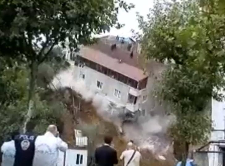 Фото №1 - Сначала в ров обрушивается стена, а потом и целый дом. Два сокрушительных ВИДЕО