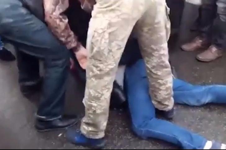 Фото №2 - В Киеве взъярившаяся публика устроила самосуд над водителем джипа из-за хамской парковки (суровое ВИДЕО)