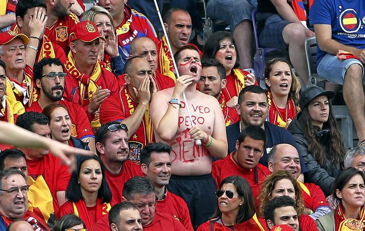 Фото №4 - Слепой испанец, бешеные ирландцы и Дед Мороз. Почему фанаты на Евро-2016 — это не только драки