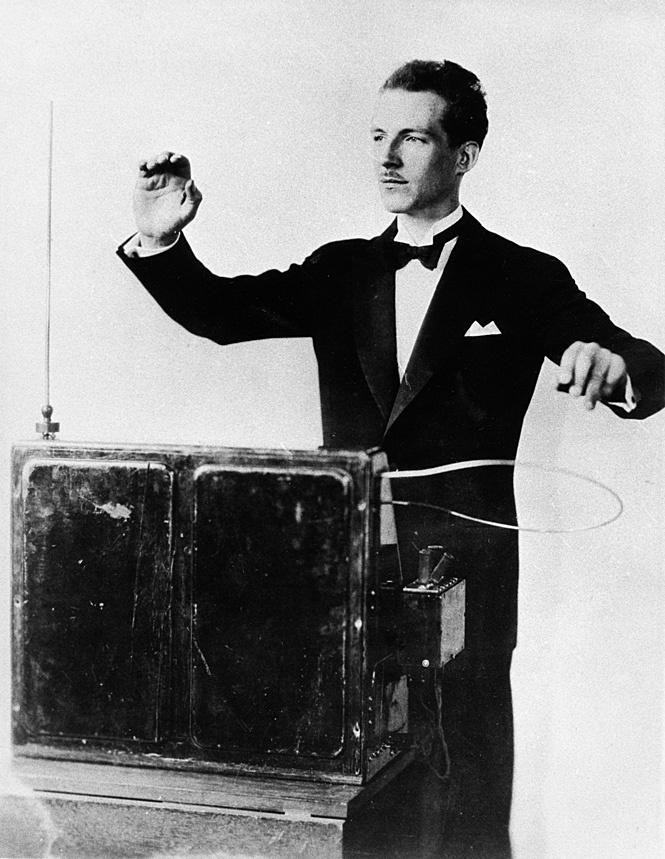 Лев Термен играет на терменвоксе, 1930-е гг.
