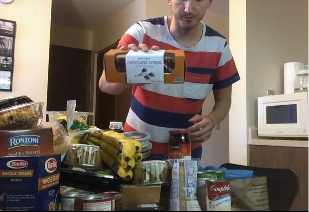 Фото №1 - Русский парень, переехавший в США, показывает, сколько еды получает бесплатно (волнующее видео)
