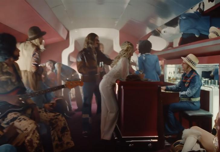 Фото №1 - Элтон Джон сразу всех возрастов в одном волшебном рекламном клипе
