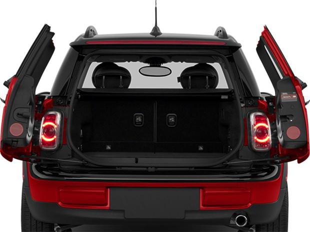 Фото №1 - Для чего у некоторых автомобилей есть фонари в багажнике?