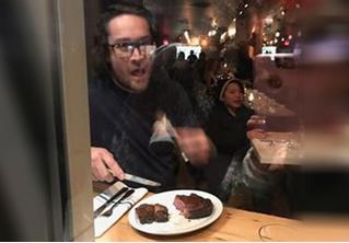 Шеф-повар мясного ресторана приготовил и съел оленью ногу на глазах у разъяренных веганов