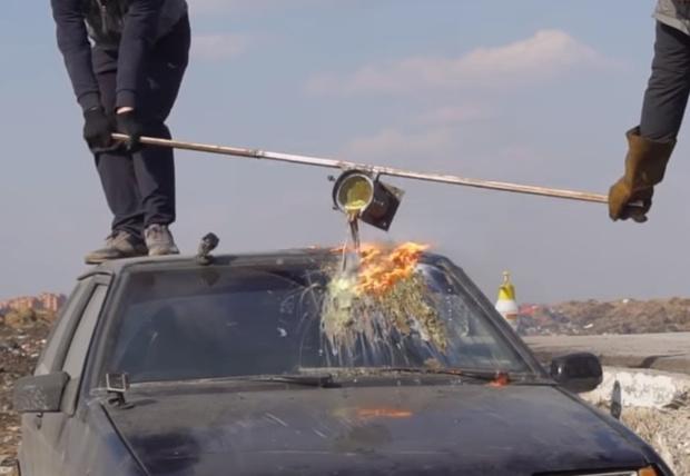 Фото №1 - Что будет, если вылить кипящую «лаву» на лобовое стекло автомобиля? (познавательное видео)
