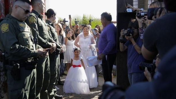 Фото №1 - Мексиканская пара использовала американских пограничников как охранников на свадьбе