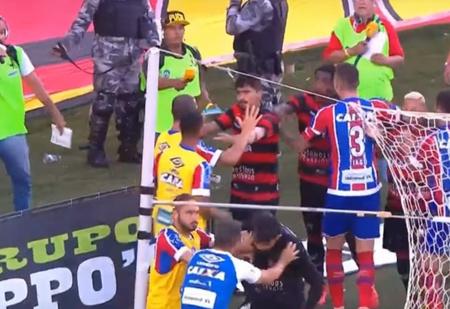 Футбольный матч остановили из-за того, что закончились игроки! А началось все с зажигательной массовой драки (скандальное ВИДЕО)