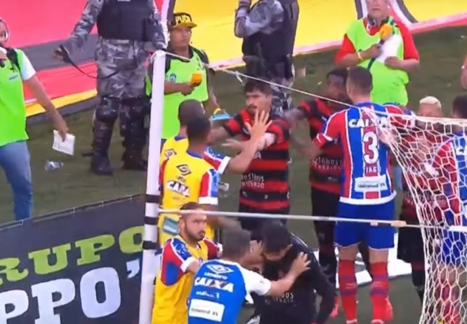 футбольный матч остановили закончились игроки началось зажигательной массовой