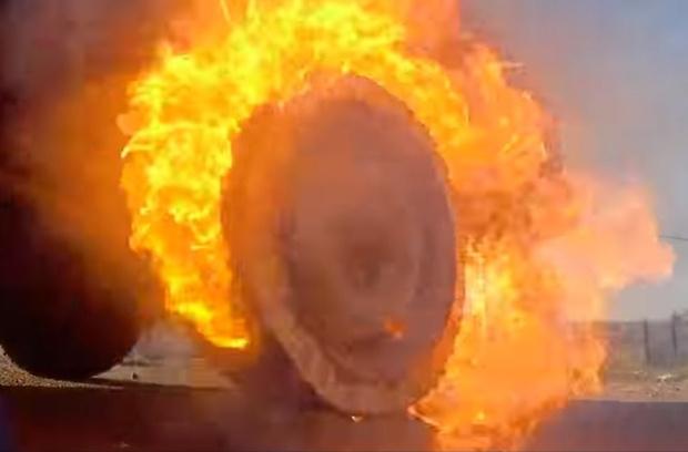 Фото №1 - Мужики собрали автомобилю колесо из 21 000 спичек и рискнули прокатиться (видео)