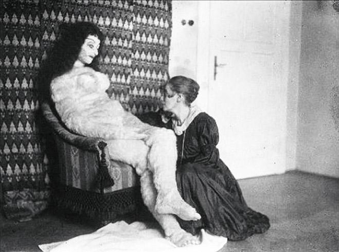 Гермина Моос со своим творением— куклой для Кокошки
