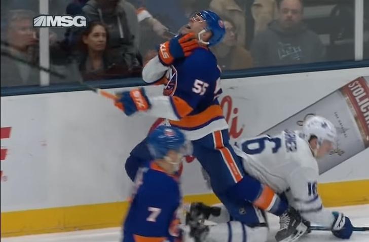 Фото №1 - Хоккеиста полоснули по горлу лезвием конька во время матча (видео)