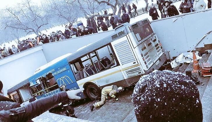 Фото №2 - В Москве пассажирский автобус, сбив прохожих, на скорости въехал в подземный переход (ВИДЕО)