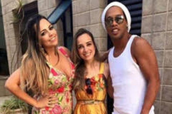 Фото №2 - Бразильский футболист Роналдиньо женится на двух девушках сразу