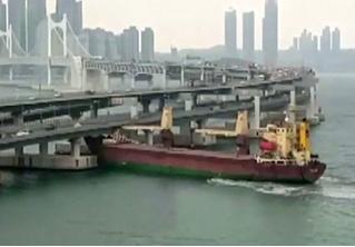Российское судно врезалось в опору моста в корейском порту (видео)