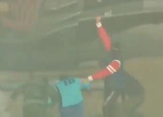 Вооруженные люди на вертолете схватили футболиста прямо посреди матча. Но все не так просто (видео)