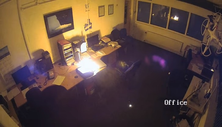 Фото №1 - Ноутбук оставили заряжаться на ночь, а он взорвался и спалил офис! Ошарашивающее видео