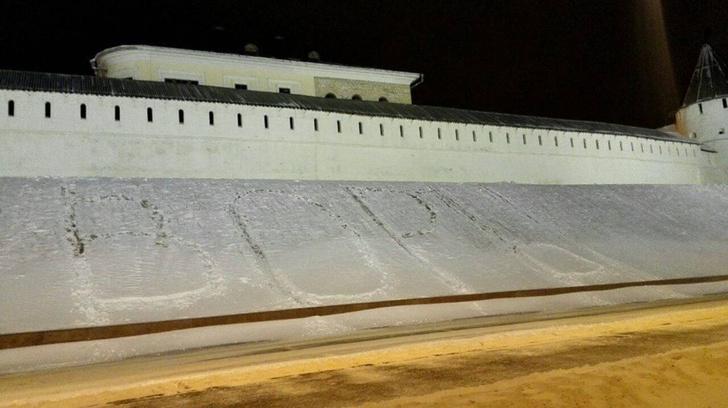 Фото №1 - Перед Казанским кремлем кто-то вытоптал огромное слово «ВОРЫ»