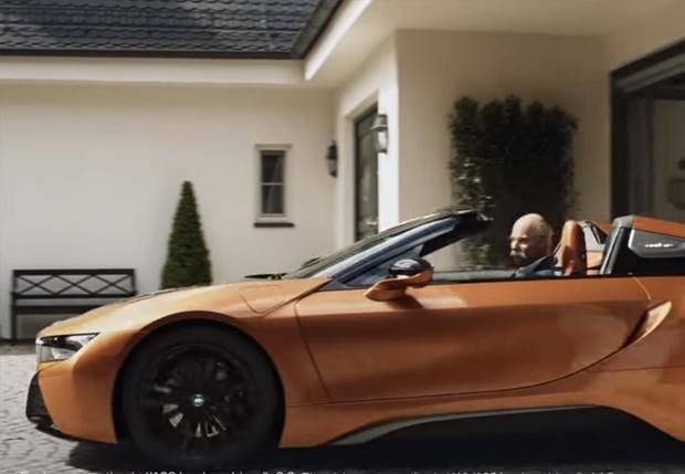 Фото №1 - BMW потроллили Mercedes, подарив его директору свой спорткар перед выходом на пенсию и сделав из этого рекламу (видео)