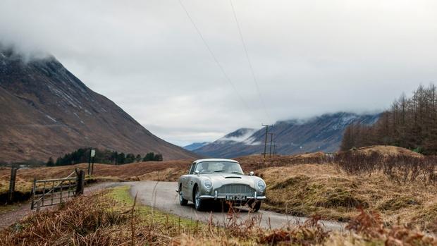 Фото №1 - Aston Martin решил воссоздать оригинальную модель DB5 — автомобиль Бонда из «Голдфингера»
