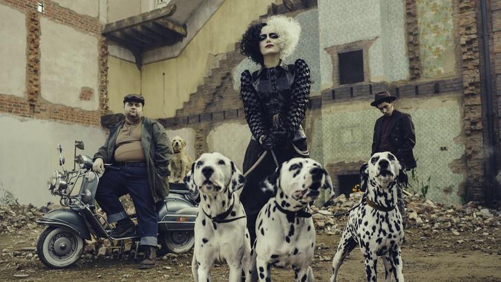 Фото №2 - Появилась первая фотография Эммы Стоун в роли Круэллы Де Виль