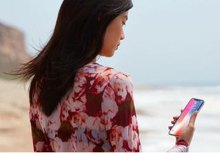 Apple обвинили в сексизме за то, что iPhone слишком велик для миниатюрных дамских ручек
