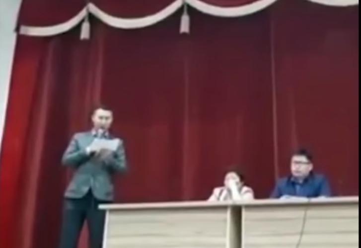 Фото №1 - «Не является суперменом, не делает селфи, не ходит к гадалкам». Якутский мэр через суд вынудил КВН-щика извиниться за шутку (видео)