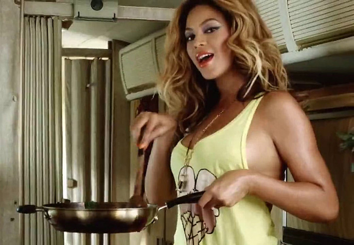 Фото №1 - Пятничная подборка гифок сексуально готовящих девушек