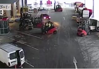 В Чехии водители погрузчиков не дали скрыться трем грабителям (ВИДЕО)