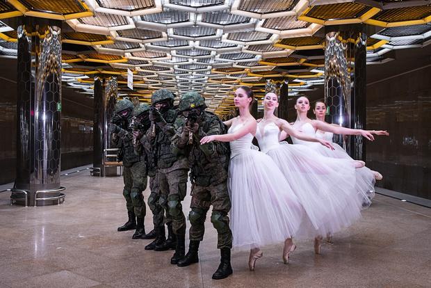 Фото №1 - Военные Екатеринбурга сделали праздничную фотосессию с балеринами в метро (галерея)