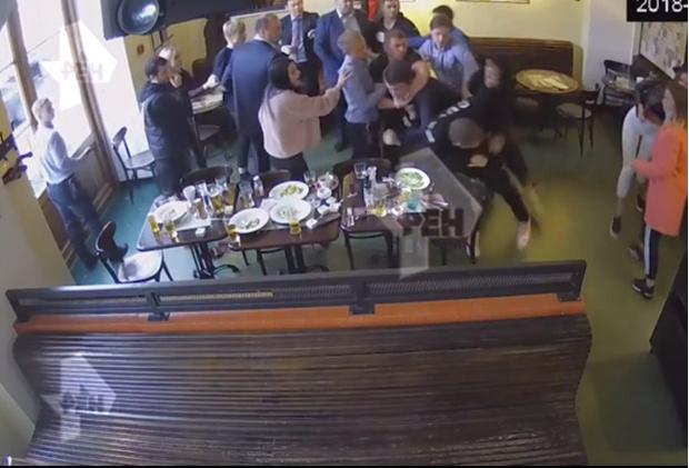 Фото №1 - Появилось полное видео потасовки Кокорина и Мамаева с чиновниками в ресторане